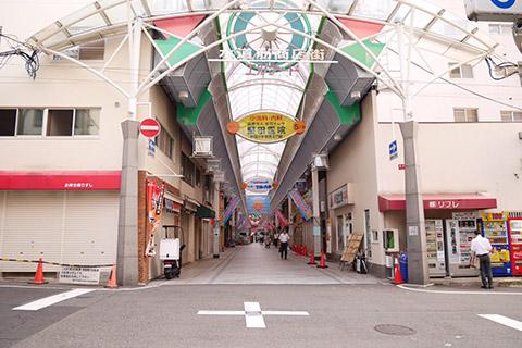 ⑥水道筋商店街の入り口を入ります。